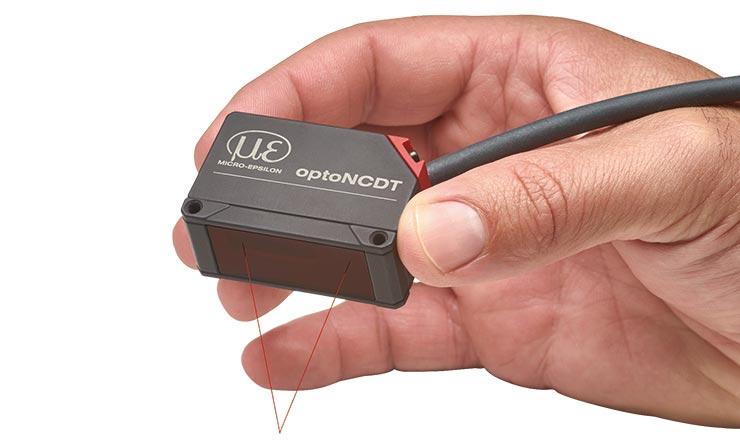 Lézeres optoérzékelő, optoNCDT 1420 kézben tartva