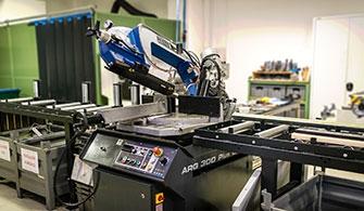Pilous ARG 300 Plus S.A.F. fűrészgép, az alkatrészgyártás előkészítésére