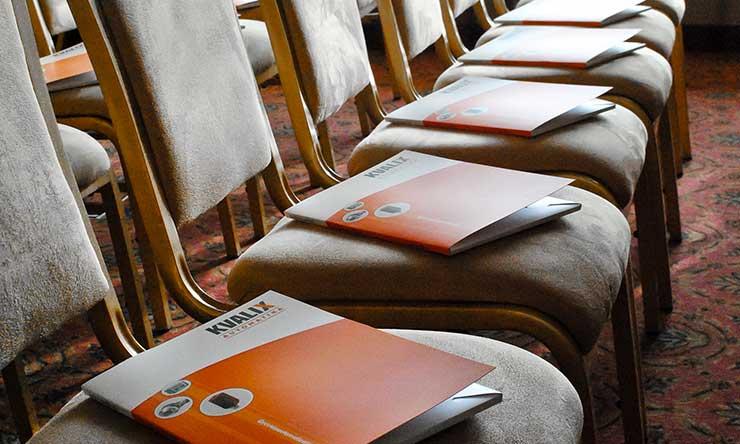 PLC tanfolyam részvevőire váró székek