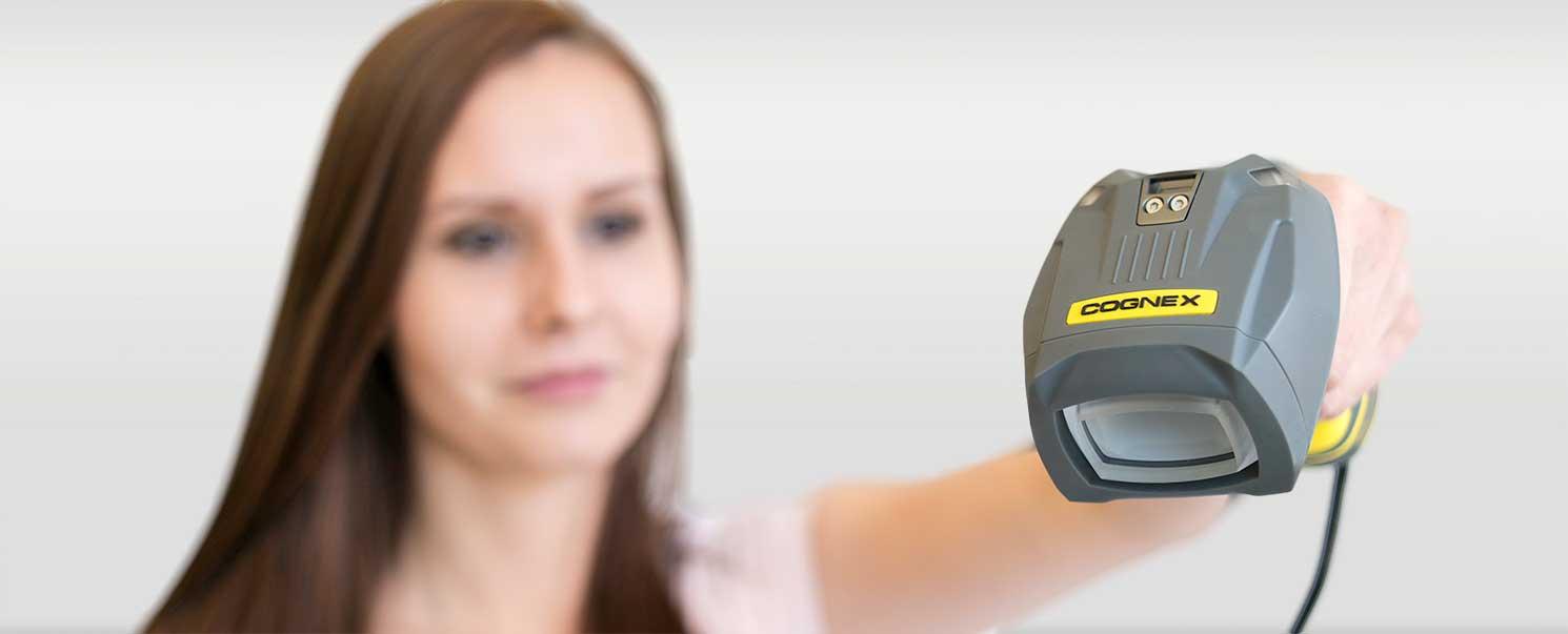 Dataman 8600 kézi vonalkódolvasó Kvalix mérnök értékesítő kezében