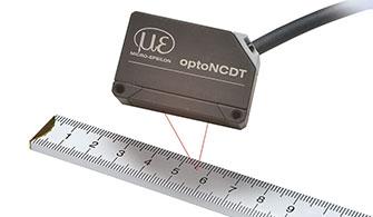 optoNCDT1320 mérőérzékelő mérőszalaggal